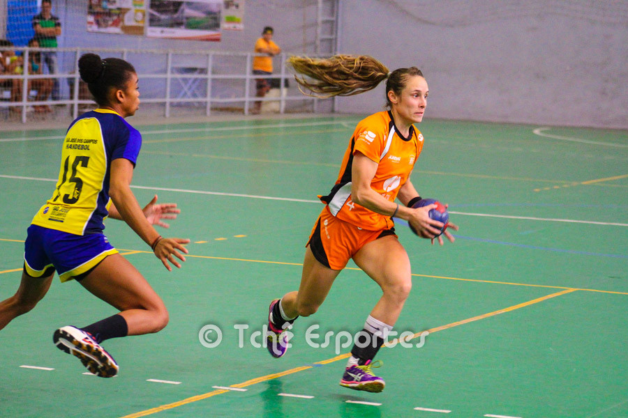 Mariana Ramalho ataca para o Jundiaí. (foto André Pereira / Tchê Esportes)