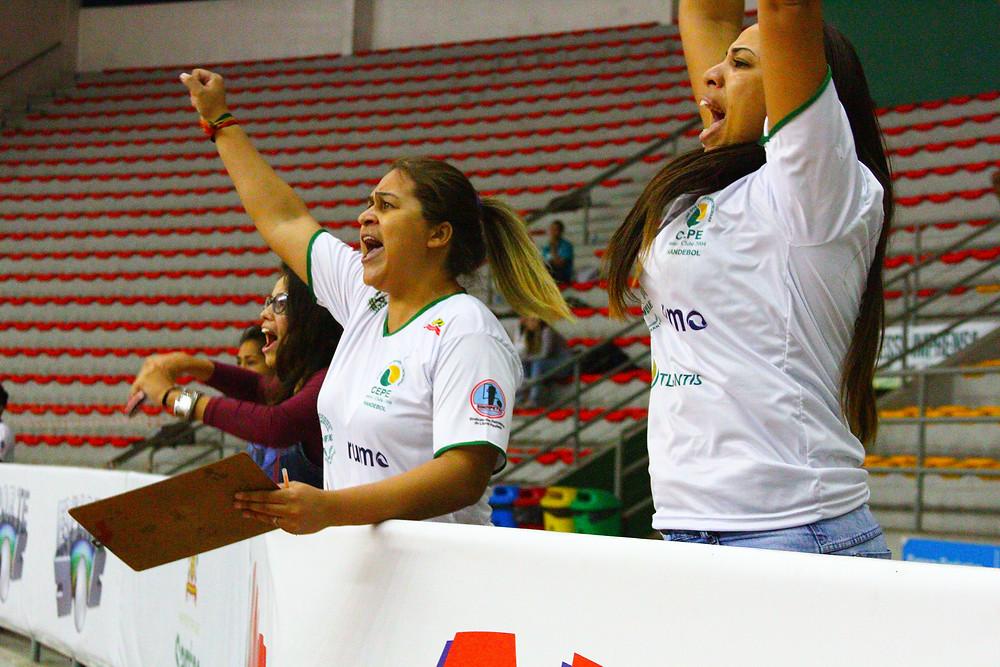 Pâmela, Priscila e Adriana torceram muito. (foto André Pereira / Tchê Esportes)