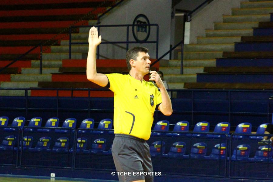 Roger Prado, árbitro da partida. Foto: André Pereira / Tchê Esportes