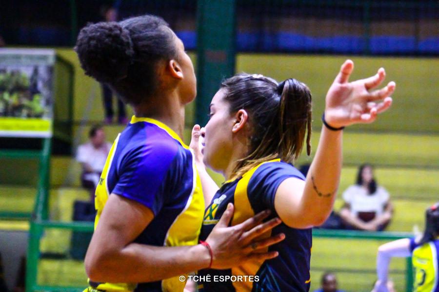 Bruna (esquerda) sob marcação implacável de Jéssica, de Santo André. (foto André Pereira / Tchê Esportes)