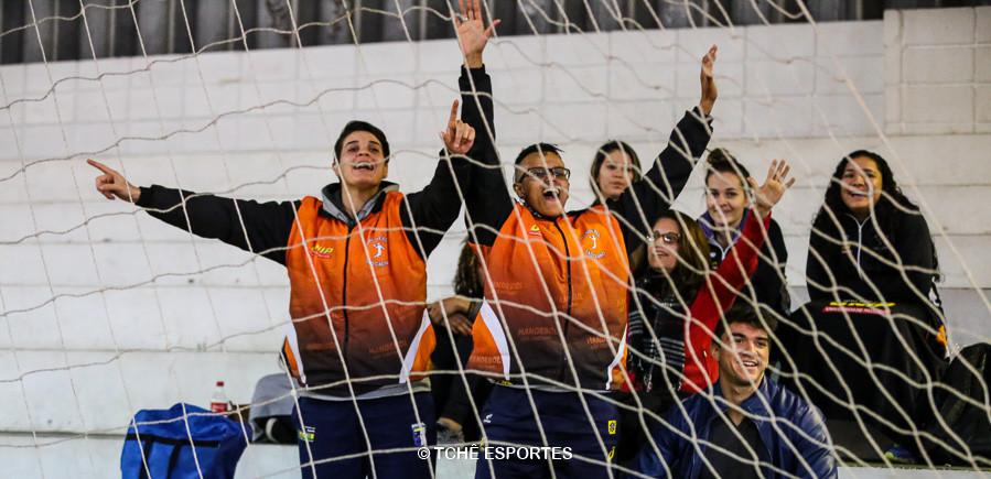 Torcida especial para Carol Fajardo. (foto André Pereira / Tchê Esportes)