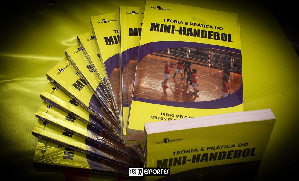 """Livro """"Teoria e Prática do Mini-Handebol. (foto Tchê Esportes)"""