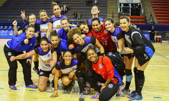 Equipe do Pinheiros comemora a primeira vitória na Liga. (foto André Pereira /Tchê Esportes)