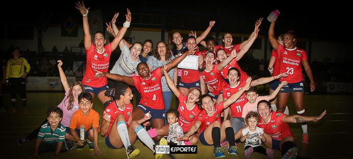Equipe da Metodista comemora com Atalita. (foto André Pereira / Tchê Esportes)