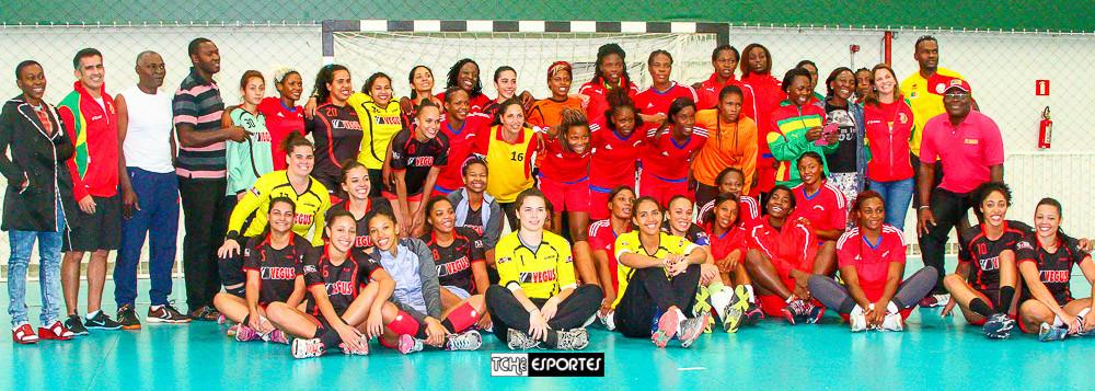 Atletas e comissões téncias após o jogo amistoso. (foto André Pereira / Tchê Esportes)