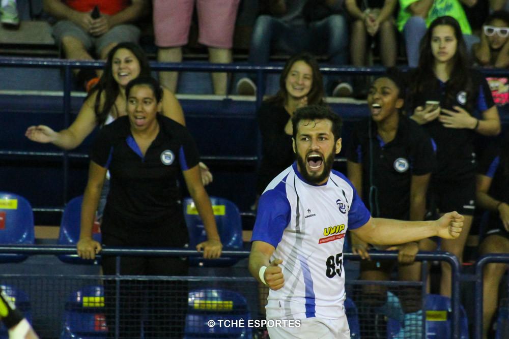 ;wesley, EC Pinheiros, comemora muito o gol da vitoria. (foto André Pereira / Tchê Esportes)