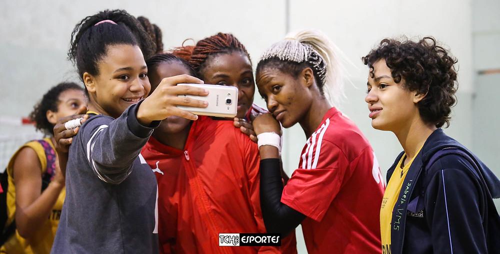 """Muitos selfies e registros com """"novas amigas"""". (foto Fe Rodrigues / Tchê Esportes)"""