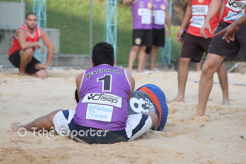 Lance polêmico de posse de bola. (foto André Pereira / Tchê Esportes)