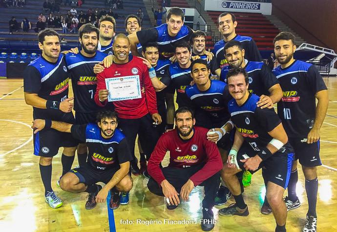 Equipe do Pinheiros comemora a vitória. (foto Rogério Fiacadori /FPHb)