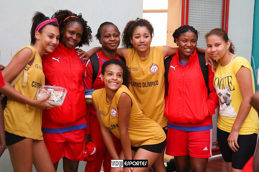 """As atletas do Centro Olímpico """"tietaram"""" as camaronesas antes e ao final do jogo. (foto André Pereira / Tchê Esportes)"""