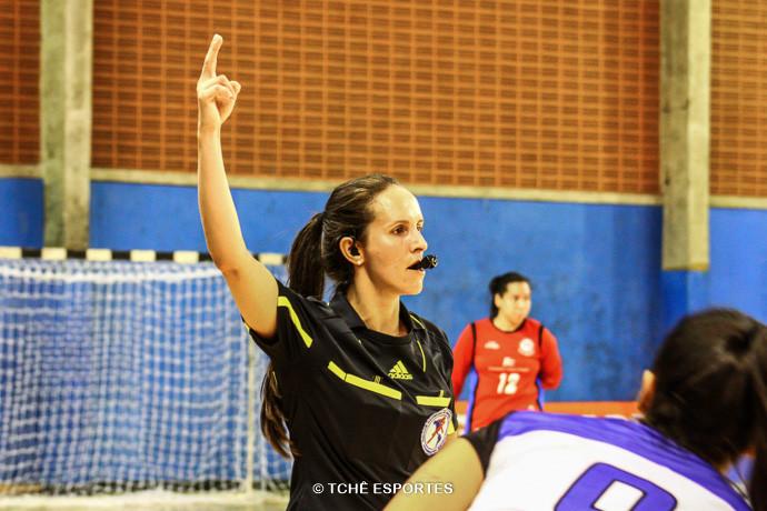 Juliana Lima, PR, árbitra do jogo. (foto AndréPereira / Tchê Esportes)