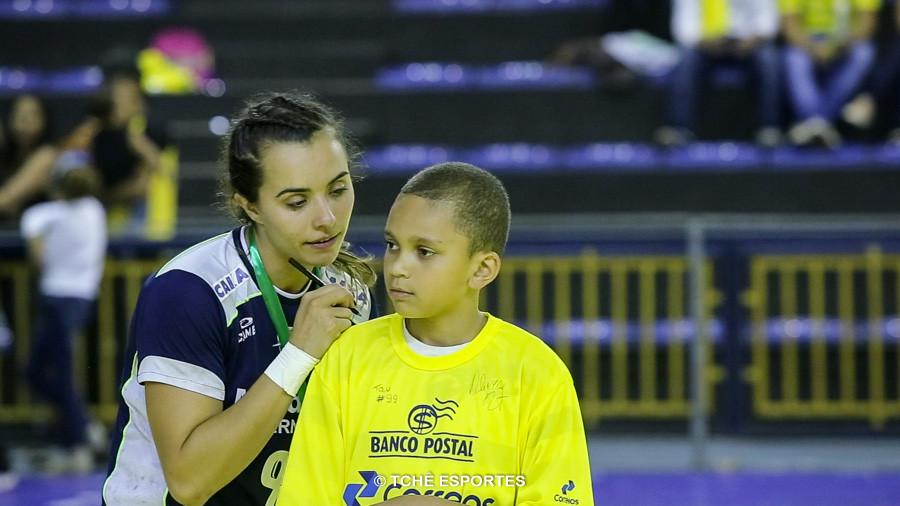Thamiris Duarte e o carinho dos fãs. (foto reprodução Agno Raiz/Tchê Esportes)