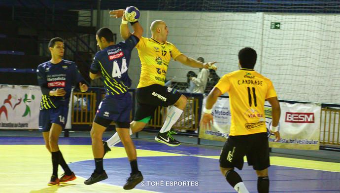Fernando comete falta grave em Toko. (foto AndréPereira / Tchê Esportes)