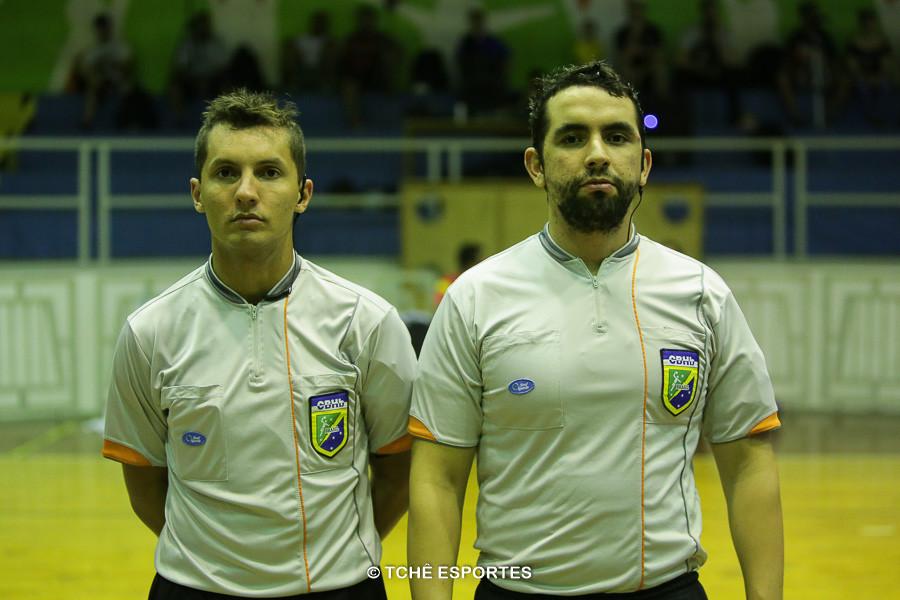 Daniel Magalhães e Marcelo Barcellos. Árbitros do jogo. (foto André Pereira / Tchê Esportes)