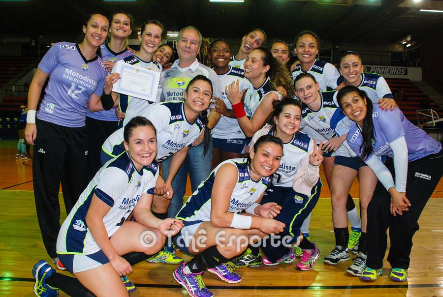 Célia comemora com a equipe. (foto André Pereira / Tchê Esportes)