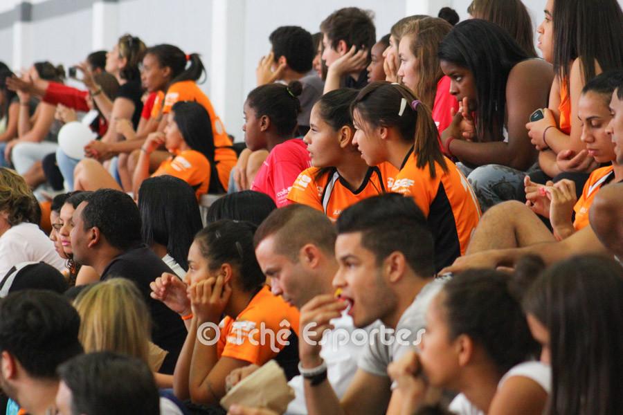 Atletas de Jundiaí observam jogo preliminar