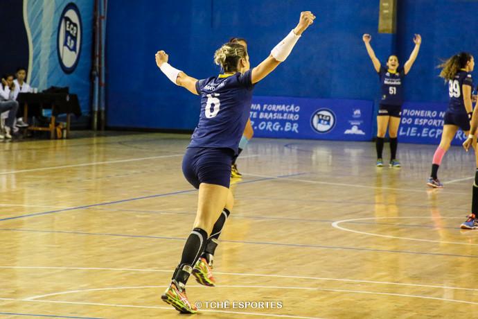 Célia,de costas, comemora seu gol. (foto André Pereira / Tchê Esportes)