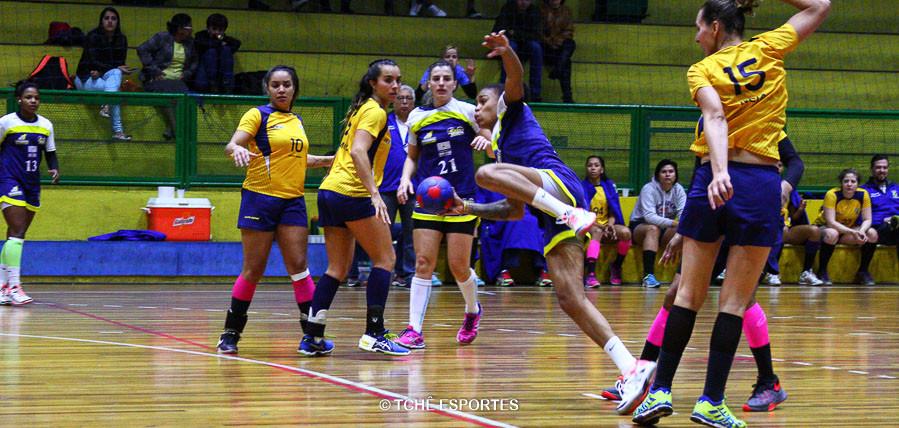 Bruna Paula, do São José, no ataque. (foto Andréa Rodrigues / Tchê Esportes)