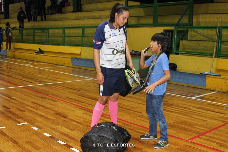 """Daiane, goleira do São José, desfila seu """"modelito"""". (foto Andréa Rodrigues / Tchê Esportes)"""