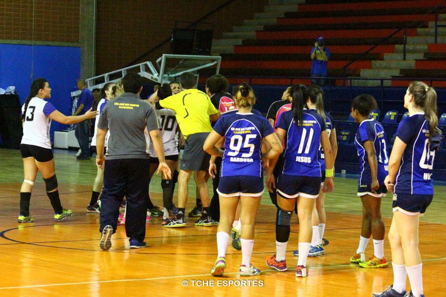 Confusão após o fim de jogo. Foto: André Pereira / Tchê Esportes