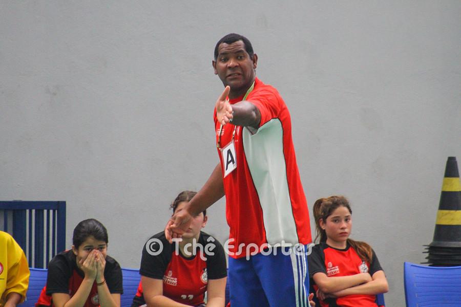 Técnico Cubano orientando equipe do jogo preliminar