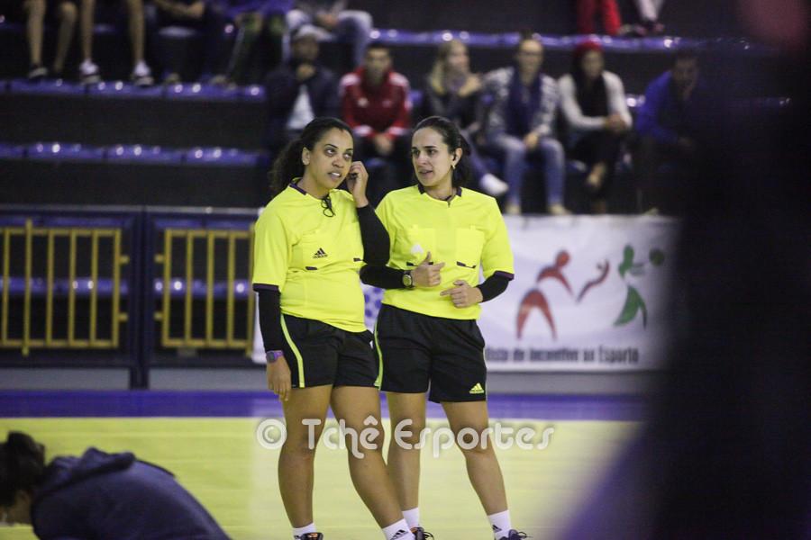 Hosana Bastos e Adriana Caparica, árbitras do jogo. (foto André Pereira / Tchê Esportes)