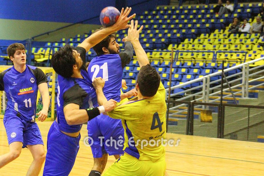 Guilherme(4), Hebraica, não encontrou espaço na defesa do Pinheiros. (foto André Pereira / Tchê Esportes)