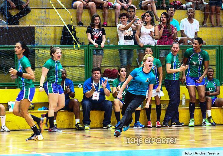 Flávia Vidal (goleira) comemora mais uma defesa. Final de 2014
