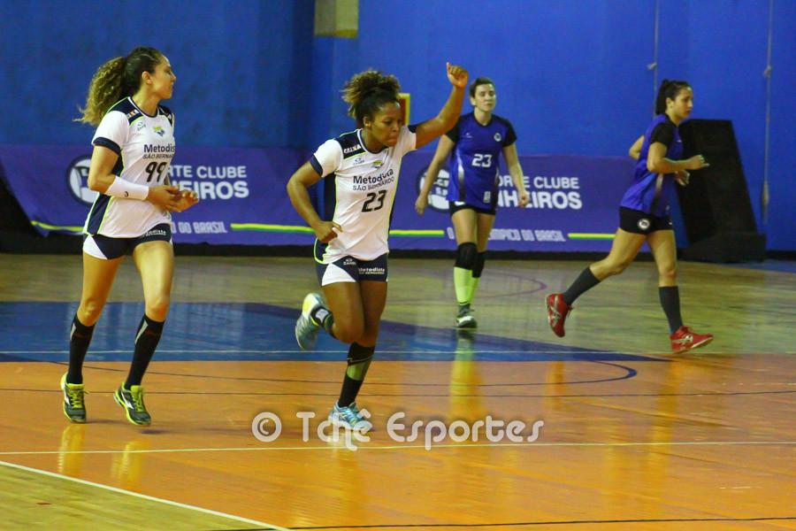 Dayane (23), Metodista, comemora mais um gol. (foto André Pereira / Tchê Esportes)