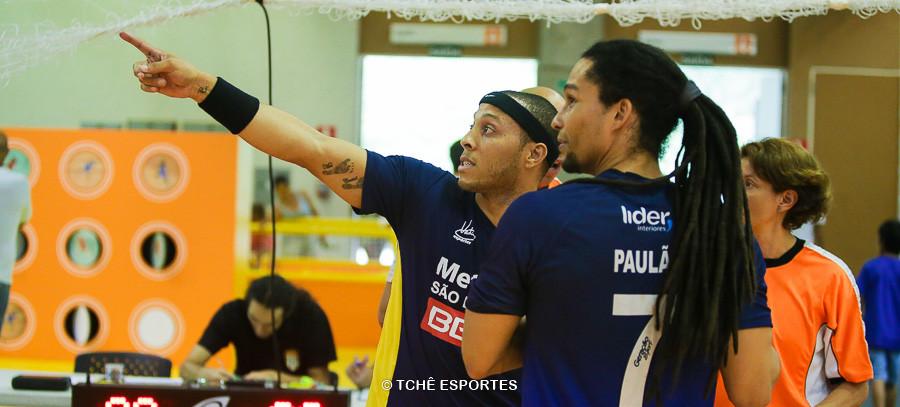 Carlito indica onde foi parar a bola. (foto André Pereira / Tchê Esportes)