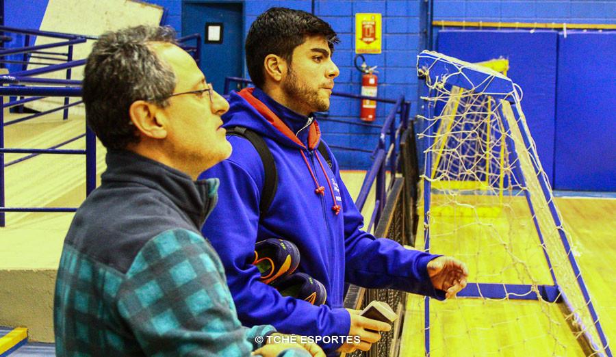 Eduardo no momento em que chegou ao ginásio. (foto André Pereira / Tchê Esportes)