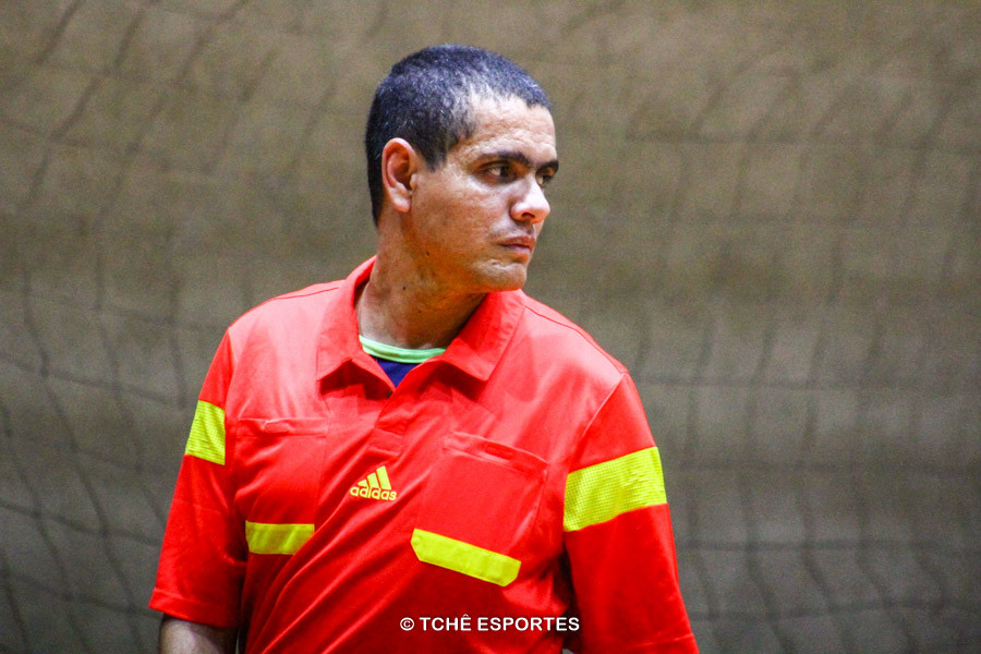 Rafael Couto, árbitro do jogo. (foto André Pereira / Tchê Esportes)
