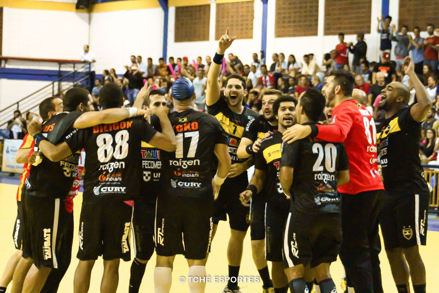 Taubaté comemora o título de 2014. (foto André Pereira / Tchê Esportes)