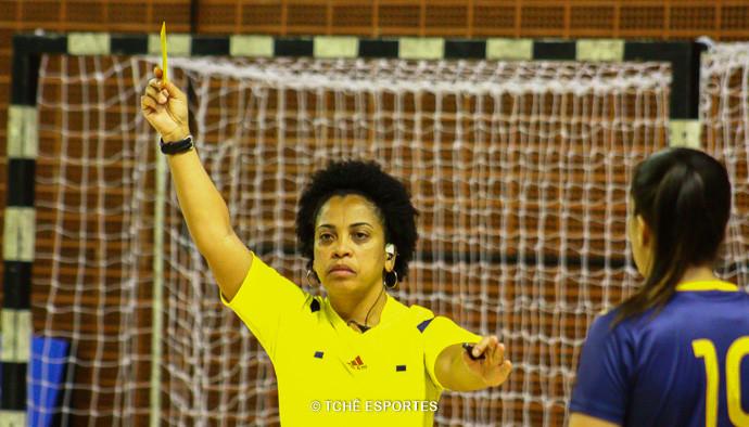 Hosana Bastos, árbitra do jogo. (foto André Pereira / Tchê Esportes)