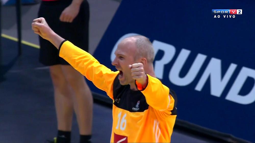 Goleiro Thierry Omayer fechou a trave francesa no 1º tempo (foto reprodução Sportv)