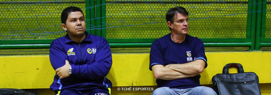 Chico Silva (à esquerda), técnico e Marcio Volpone, auxiliar. (foto Andréa Rodrigues / Tchê Esportes)