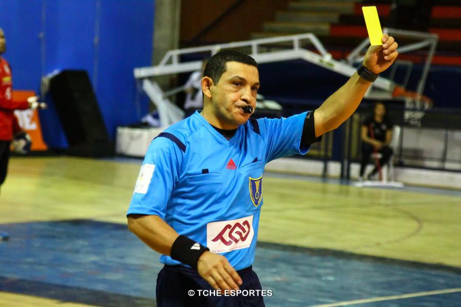 Nilson Menezes, árbitro do jogo. (foto André Pereira / Tchê Esportes)