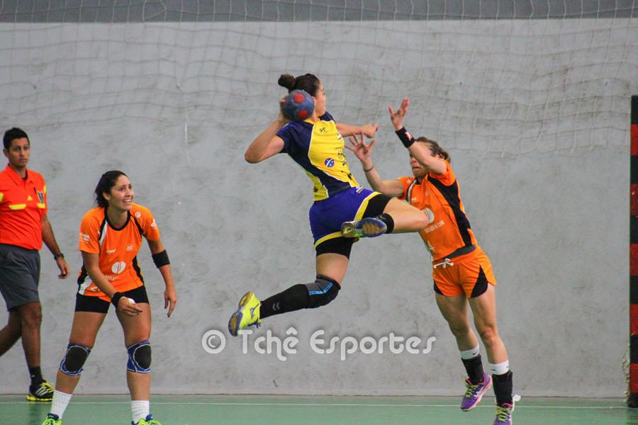 Patrícia, no ataque do São José. Artilheira do jogo. (foto André Pereira / Tchê Esportes)