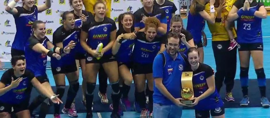 Pinheiros volta a sorrir com título da Liga Feminina de Handebol 2016