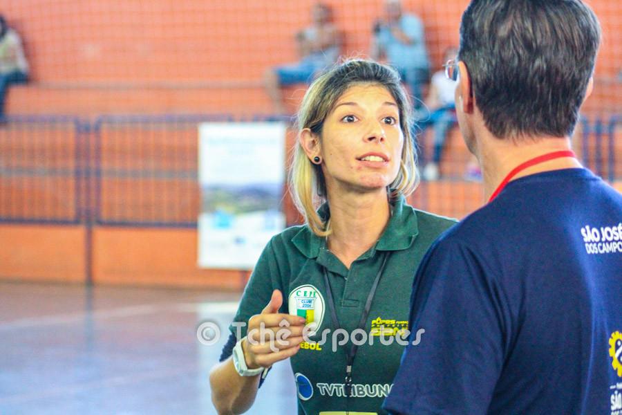 Monica, técnica do CEPE/Santos conversa após o jogo com Marcio Volponi, técnico do São José (foto André Pereira / Tchê Esportes)