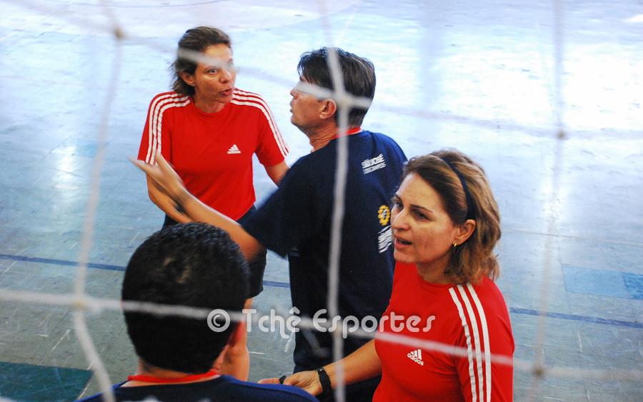 Marcio, técnico do São José, reclama de invasão em seu espaço. (foto André Pereira / Tchê Esportes)