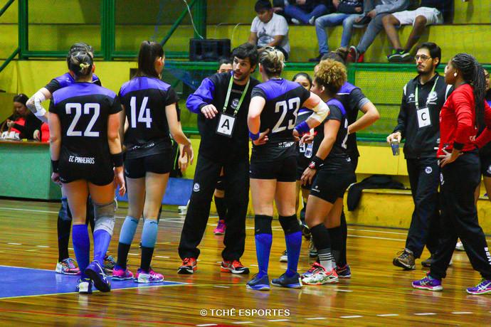 Alex Aprile, ao centro, técnico do Pinheiros. (foto Andréa Rodrigues / Tchê Esportes)