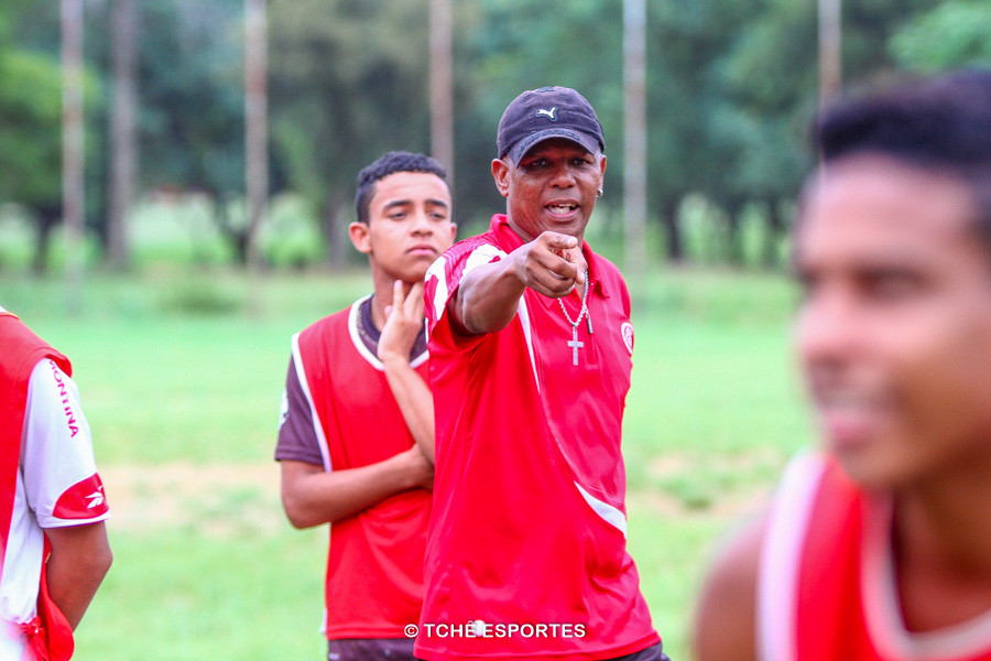 Gil orientando treino no Núcleo Inter Norte. (foto André Pereira / Tchê Esportes)