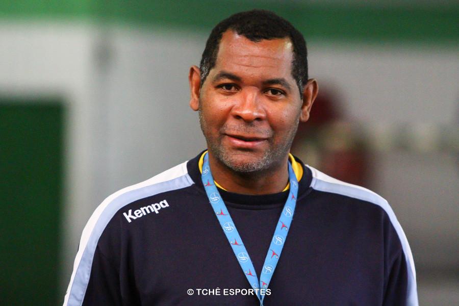 """Daniel Suarez """"Cubano"""", técnico da Seleção Brasileira Feminina de Handebol Junior. (foto arquivo Tchê Esportes)"""