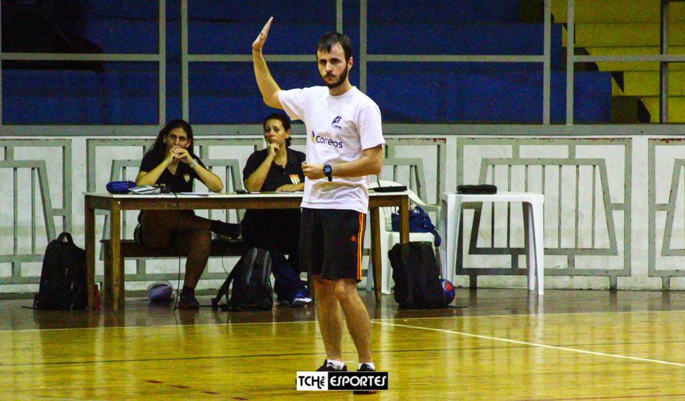 Henrique Godoy, árbitro no primeiro tempo de São Caetano vs Pinheiros. (foto André Pereira / Tchê Esportes)