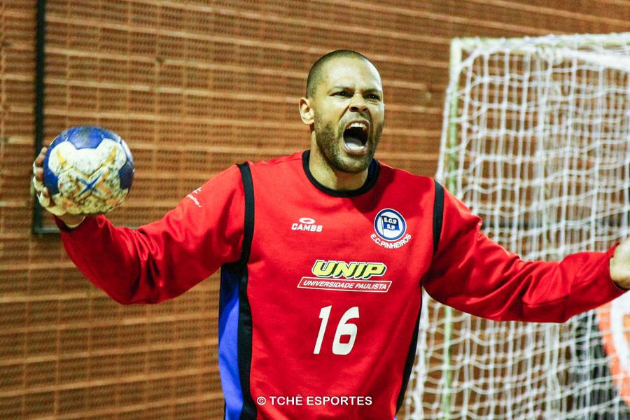 Marcão invoca a torcida do Pinheiros. (foto André Pereira / Tchê Esportes)