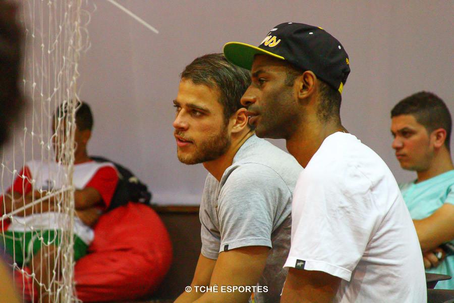 """Yano e Jean, do São Caetano, """"observando"""" os amigos. (foto André Pereira / Tchê Esportes)"""