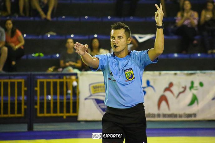 Thiago Marques, árbitro do jogo. (foto André Pereira / Tchê Esportes)