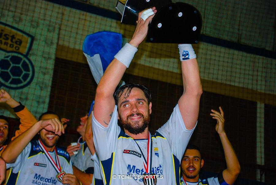 Capitão Diogo Hubner levanta a taça de vice-campeão. (foto André Pereira / Tchê Esportes)