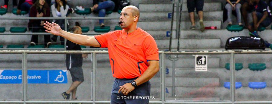 Luis Nelson Salgado, árbitro do jogo. (foto André Pereira / Tchê Esportes)